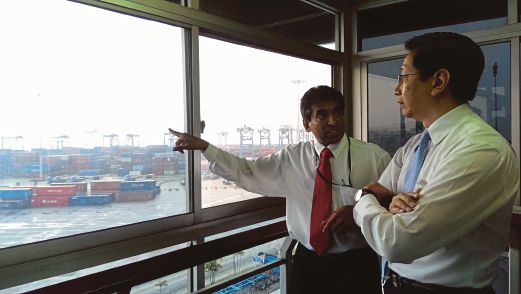 Investment, Industry and Commerce, Small and Medium Enterperises, and Transportation Committee Chairman Datuk Teng Chang Khim (right) listens to the explanation given by Northport Commercial Division Head M. Suresh Kumar over the issue.
